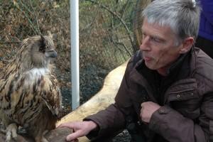 Ansprechpartner für unsere einheimische Vogelwelt mit Uhu: Paul Bergweiler (rechts) (Foto: Robert Klein)