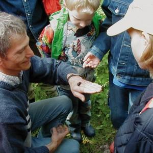 Vorsitzender Robert Klein zeigt Kindern die Natur